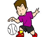Desenho Menino a chutar a bola pintado por menino