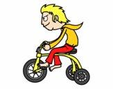 Rapaz no triciclo